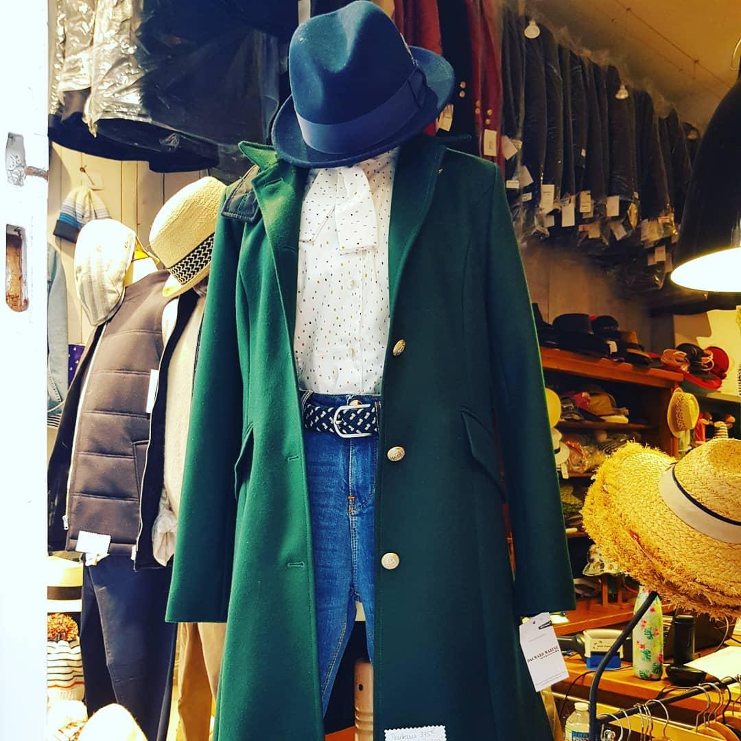 Redingote Brighton verte chapeau Bailey imperméable jean Islow et chemisier Le glazik chez Boutique BENIC à St-Malo